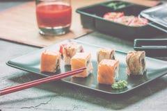 Insieme dei rotoli di sushi di color salmone dell'anguilla Immagine Stock