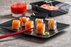 Insieme dei rotoli di sushi dell'anguilla & del salmone Immagine Stock Libera da Diritti