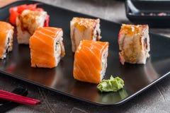 Insieme dei rotoli di sushi dell'anguilla & del salmone Fotografie Stock Libere da Diritti
