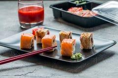 Insieme dei rotoli di sushi dell'anguilla & del salmone Fotografia Stock Libera da Diritti