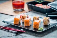 Insieme dei rotoli di sushi di color salmone dell'anguilla Fotografia Stock Libera da Diritti