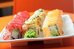 Insieme dei rotoli di sushi sulla tavola del caffè Immagine Stock