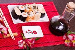 Insieme dei rulli di sushi sulla zolla bianca Immagini Stock Libere da Diritti