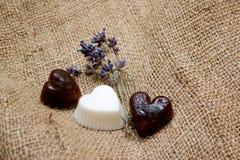 Insieme dei saponi del cuore e dei ramoscelli della lavanda sull'inclinazione della iuta Fotografia Stock