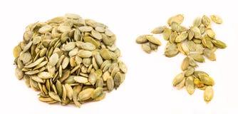 Insieme dei semi di zucca sbucciati isolati Immagine Stock