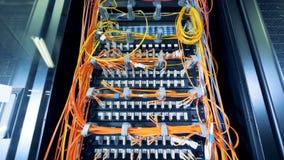 Insieme dei server di dati collegati dai cavi multicolori video d archivio