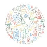 Insieme dei simboli e delle icone di campeggio dell'attrezzatura di schizzo disegnato a mano Illustrazione di vettore Immagine Stock Libera da Diritti