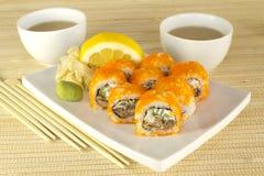 Insieme dei sushi in bambù con tè Immagini Stock
