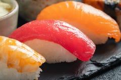 Insieme dei sushi di di color salmone, del tonno e dell'anguilla affumicata immagine stock libera da diritti