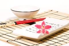 Insieme dei sushi e fiore dell'orchidea sopra Immagine Stock Libera da Diritti