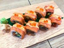 Insieme dei sushi e dei rotoli differenti sul bordo di legno Fotografia Stock