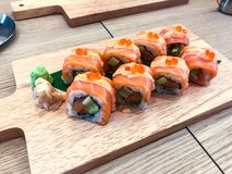 Insieme dei sushi e dei rotoli differenti sul bordo di legno Fotografie Stock