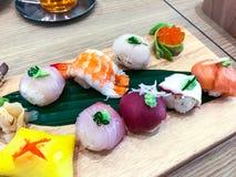 Insieme dei sushi e dei rotoli differenti sul bordo di legno Immagine Stock Libera da Diritti