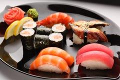 Insieme dei sushi giapponesi immagine stock