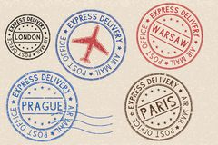 Insieme dei timbri postali colorati dell'inchiostro con le città europee su fondo beige Fotografia Stock