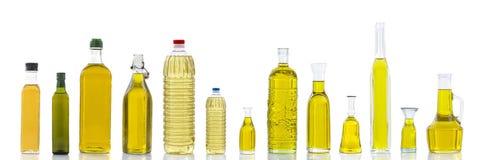 Insieme dei tipi differenti di oli per cucinare Bottiglie del gruppo Isolato su bianco Fotografia Stock