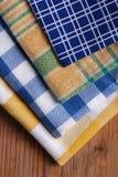 Insieme dei tovaglioli colorati sulla tavola di legno Fotografia Stock