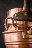 Insieme dei vasi di rame e delle pentole verticali Fotografie Stock