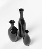Insieme dei vasi neri ceramici su fondo bianco. Fotografia Stock Libera da Diritti