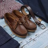 Insieme dei vestiti alla moda maschii su fondo di legno Fotografia Stock