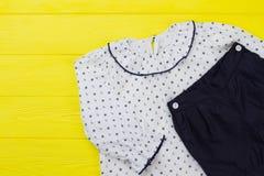 Insieme dei vestiti dei bambini Immagini Stock