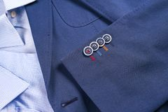 Insieme dei vestiti degli uomini classici - vestito blu, camice, scarpe marroni, cinghia e legame su fondo di legno Fotografia Stock Libera da Diritti