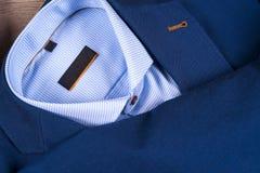 Insieme dei vestiti degli uomini classici - vestito blu, camice, scarpe marroni, cinghia e legame su fondo di legno Immagini Stock Libere da Diritti