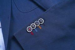 Insieme dei vestiti degli uomini classici - vestito blu, camice, scarpe marroni, cinghia e legame su fondo di legno Immagine Stock Libera da Diritti