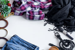 insieme dei vestiti delle donne, accessori Fotografie Stock Libere da Diritti