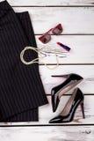 Insieme dei vestiti delle donne di affari, disposizione piana Fotografie Stock Libere da Diritti