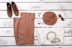 Insieme dei vestiti e degli accessori femminili di modo Immagini Stock