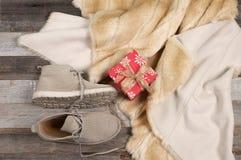 Insieme dei vestiti e dei regali di Natale di inverno Fotografie Stock