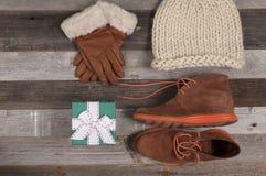 Insieme dei vestiti e dei regali di Natale di inverno Fotografia Stock