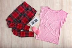 Insieme dei vestiti femminili alla moda su fondo leggero, Immagini Stock