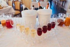 Insieme dei vetri di vino con differenti tipi di vini Champagne bianco e rosso in vetri Banchetto di Wedd Fotografie Stock