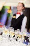 Insieme dei vetri di vino con il cameriere Fotografie Stock
