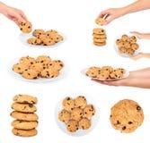 Insieme del biscotto di pepita di cioccolato, mano della donna, isolata su fondo bianco Fotografie Stock