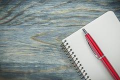 Insieme del blocco note dello spazio in bianco della penna del biro sul concetto dell'ufficio del bordo di legno Fotografia Stock Libera da Diritti
