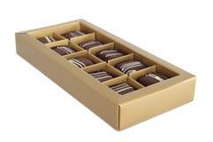 Insieme del cioccolato in una casella su priorità bassa bianca Immagini Stock