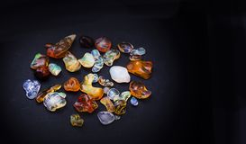 Insieme del collage scintillante trasparente degli opale su fondo nero fotografie stock libere da diritti