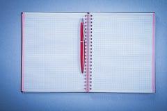 Insieme del concetto rosso dell'ufficio del quaderno dello spazio in bianco della penna di brio Immagine Stock Libera da Diritti