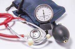 Insieme del corredo diagnostico per la determinazione della pressione sanguigna aumentata per dottori in cardiologia, medicina in immagini stock