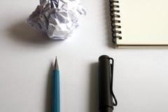 Insieme del disegno di schizzo Carta sgualcita, matita, penna stilografica, taccuino Immagini Stock
