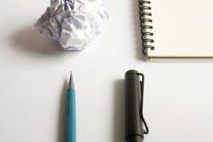 Insieme del disegno di schizzo Carta sgualcita, matita, penna stilografica, taccuino Fotografie Stock Libere da Diritti