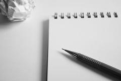 Insieme del disegno di schizzo Carta sgualcita, matita, penna stilografica, taccuino Immagine Stock