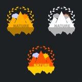 Insieme del distintivo della montagna con la corona Può essere usato come autoadesivi, logos, illustrazione vettoriale