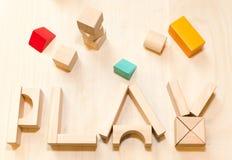 Insieme del gioco del bambino o del bambino, blocchetti di legno del giocattolo Asilo o fondo della scuola materna fotografie stock libere da diritti