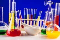 Insieme del laboratorio per chimica con i liquidi colorati in loro Fotografia Stock