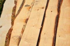Insieme del legname di legno impilato del pino per le costruzioni della costruzione Fotografia Stock Libera da Diritti