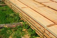 Insieme del legname di legno impilato del pino per le costruzioni della costruzione Fotografie Stock
